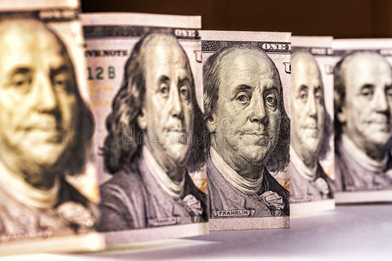100 Dollarschein, das Anstarren von Benjamin Franklin, vertikale Standortnahaufnahme stockfotos