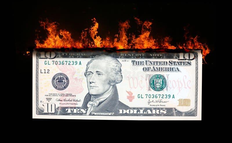 Dollarschein in den Flammen stockbild