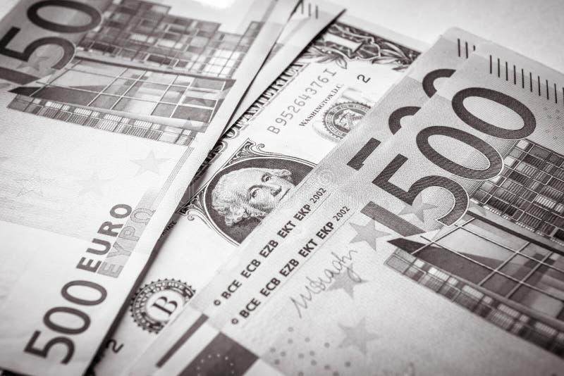 1 Dollarschein gegen 500 Eurogeldbanknoten stockfotografie