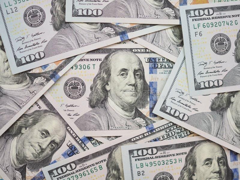 100 Dollarschein surrouded durch neue 100 Dollarscheine lizenzfreie stockbilder