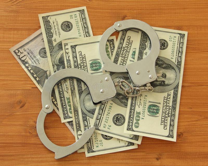 Dollarscheine mit Handschellen stockbild