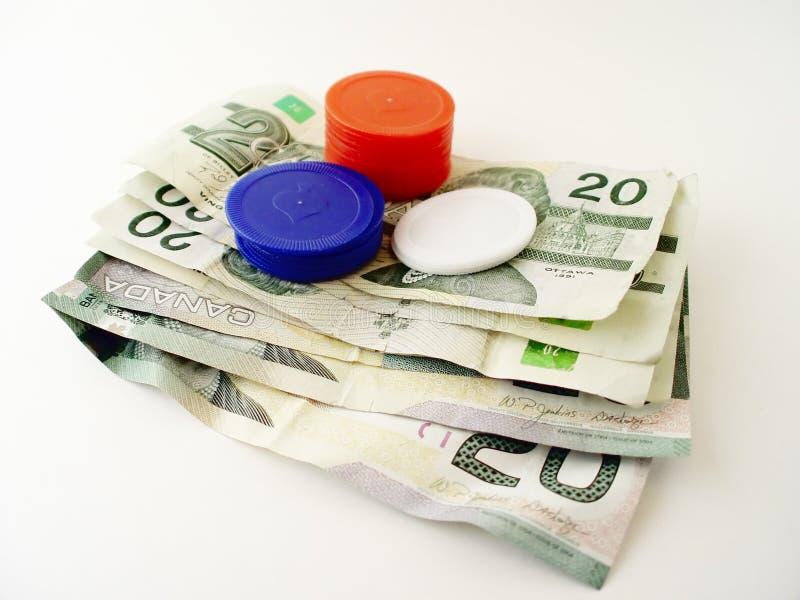 Dollarscheine und Schürhaken-Chips stockfotos