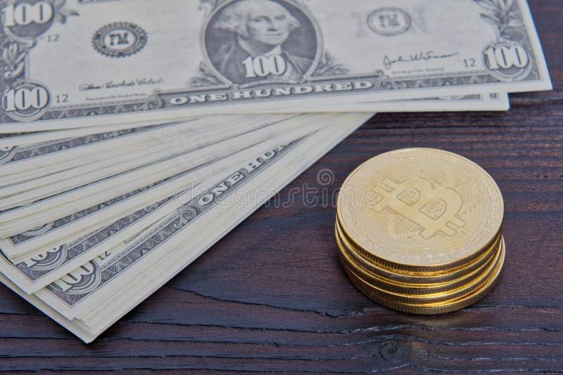 Dollarsedlar och Bitcoins på en tabell royaltyfri fotografi