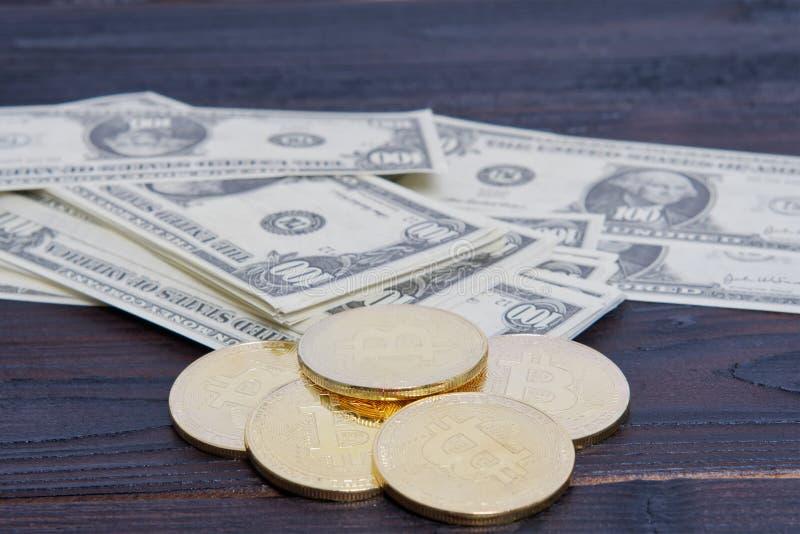 Dollarsedlar och Bitcoins på en tabell royaltyfri bild