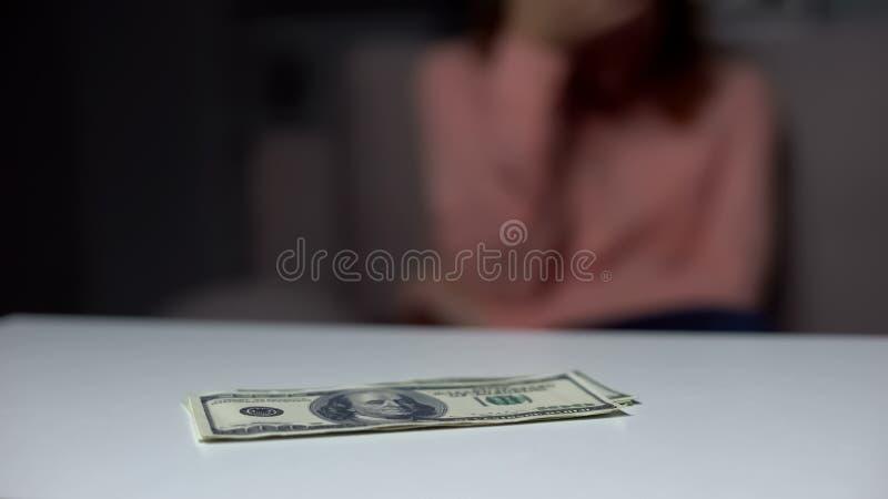 Dollarsedlar på tabellen, bankinsättning, skuldbetalning, finansiell fond, kris arkivfoton