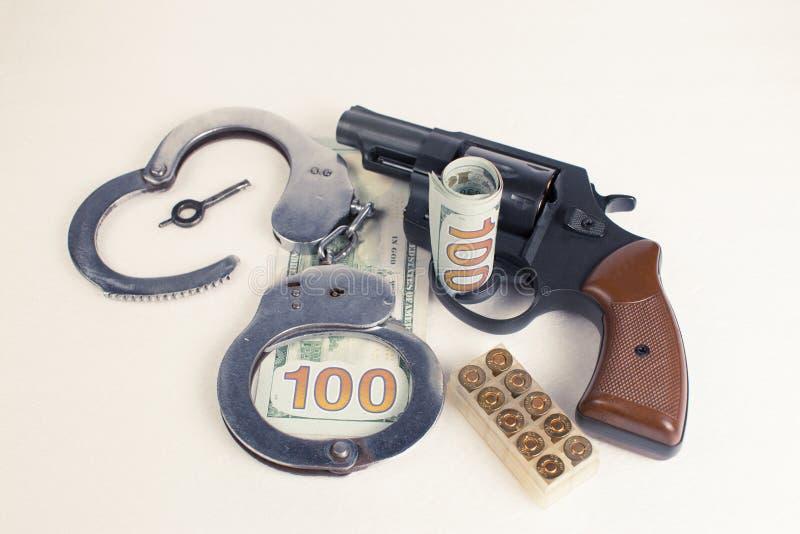 Dollarshandcuffs pistoolpatronen stock foto's