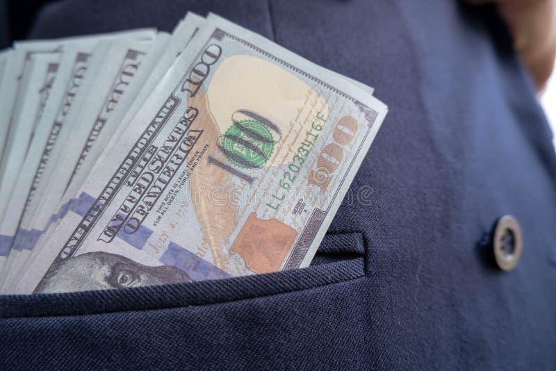 100 dollarsrekeningen die uit van overhemdszak plakken stock foto's