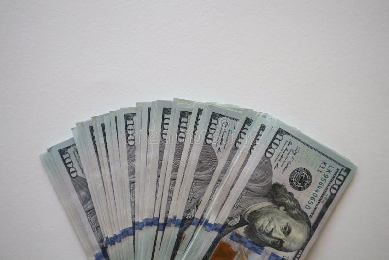 100 dollarsrekeningen op een witte achtergrond De stapel van nieuwe dollar honderd factureert rekeningen stock afbeeldingen