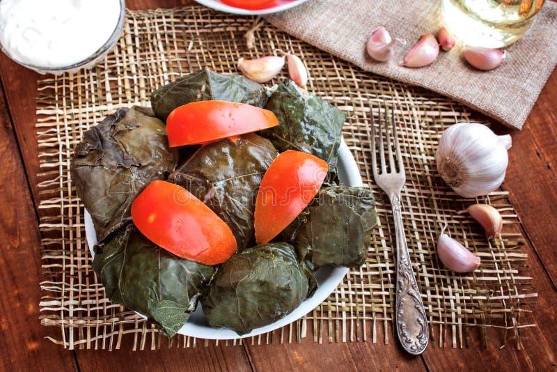 Dolma, pomodori ed aglio su una tavola fotografia stock libera da diritti