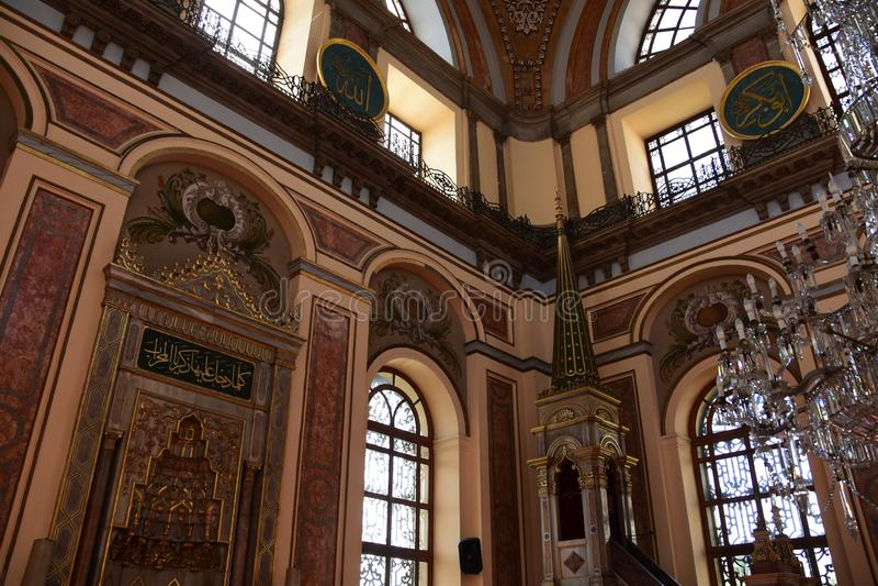 Dolmabahce Bezmialem Valide Sultan Mosque inre royaltyfria bilder