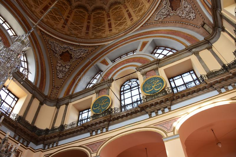 Dolmabahce Bezmialem Valide Sultan Mosque inre arkivfoto