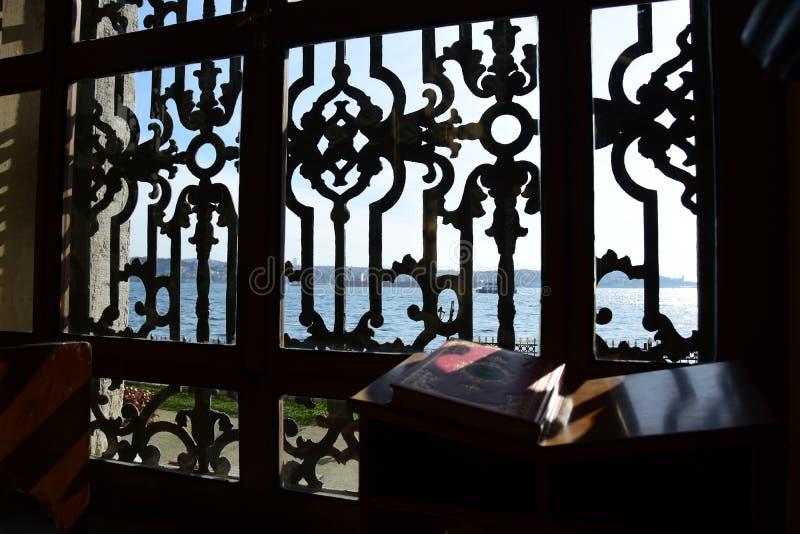 Dolmabahce Bezmialem Valide Sultan Mosque inre arkivbilder