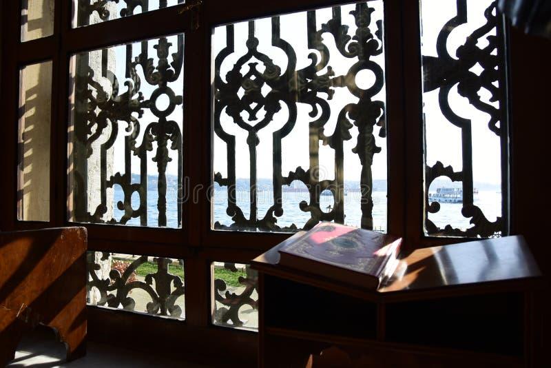 Dolmabahce Bezmialem Valide Sultan Mosque inre fotografering för bildbyråer