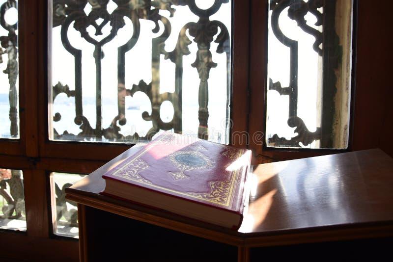 Dolmabahce Bezmialem Valide Sultan Mosque inre royaltyfri foto