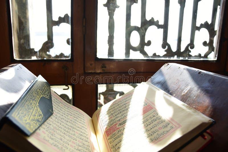 Dolmabahce Bezmialem Valide Sultan Mosque inre royaltyfri fotografi