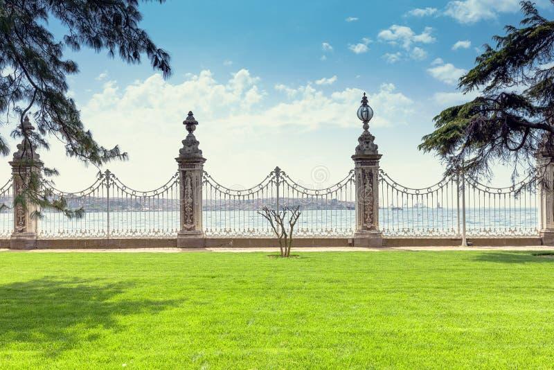 Dolmabahce pałac bulwar przegapia Bosphorus zdjęcia royalty free