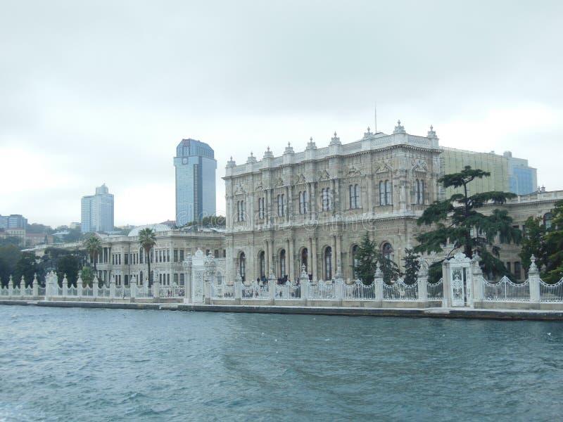 Dolmabahce-Palast an der Bosporus-Küste, Istanbul, die Türkei stockbilder