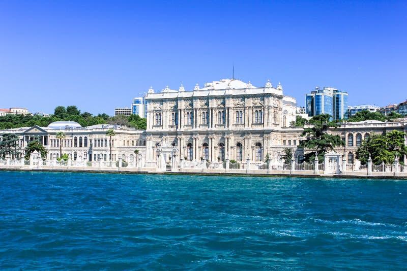 Dolmabahce-Palast in Istanbul, die Türkei Ansicht von Bosporus-Straße stockfotos