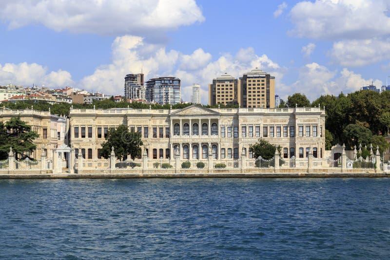 Dolmabahce-Palast vom Bosphorus lizenzfreie stockfotografie