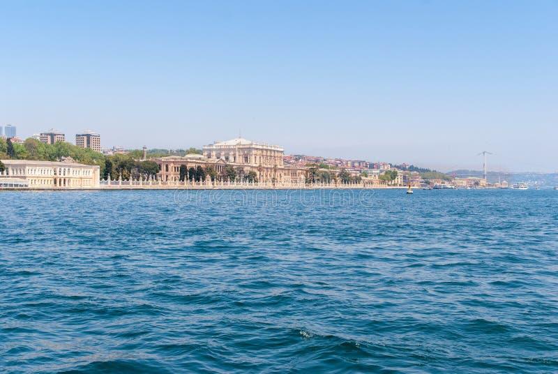 Dolmabahce-Palastansicht von Bosphorus-Straße in Istanbul die Türkei lizenzfreies stockfoto