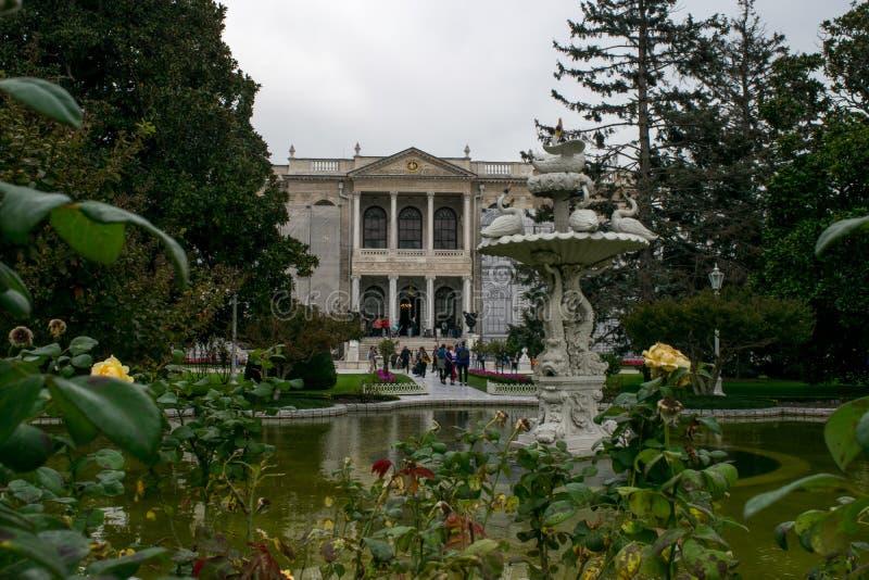 Dolmabahce-Palastfassade und -guß lizenzfreies stockfoto