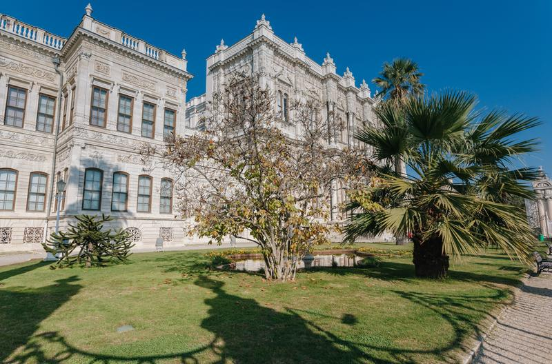 Dolmabahce slott på Istanbul Turkiet - arkitekturbakgrund arkivfoton
