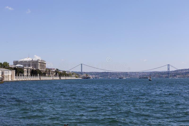 Dolmabahcepaleis, de Bosphorus-Brug en Atatà ¼ rk Istanboel Turkije royalty-vrije stock foto