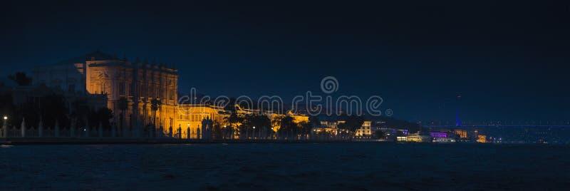 Dolmabahcepaleis en de Bosphorus-Brug stock foto's