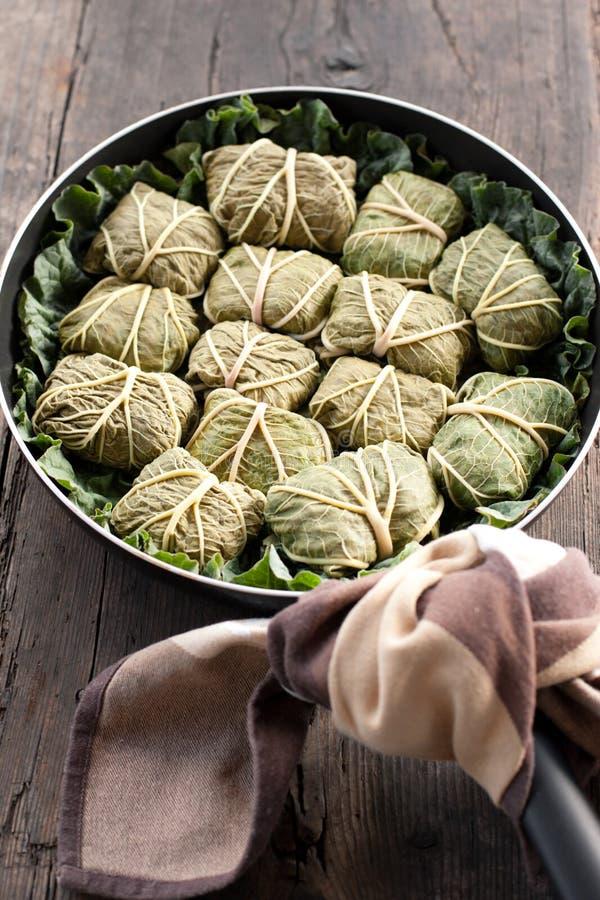 Dolmades met rabarberbladeren, vlees en rijst stock afbeelding