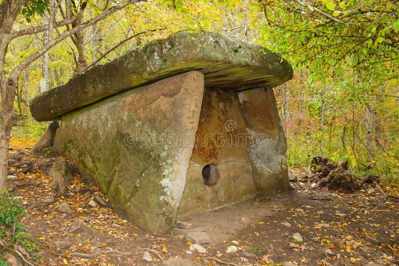 Dolmen är i höstskogen royaltyfri foto