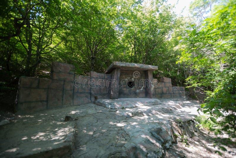 Dolmen in Gelendzhik Regione di Krasnodar La Russia 22 05 2016 fotografia stock