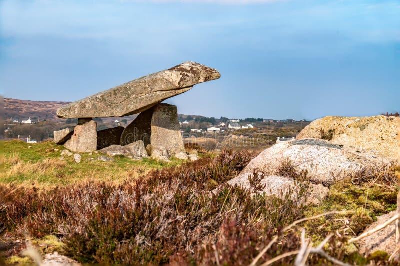 Dolmen Kilclooney είναι νεολιθικό μνημείο που χρονολογείται από 4000 έως 3000 Π.Χ. μεταξύ Ardara και Portnoo στη κομητεία Donegal στοκ εικόνα με δικαίωμα ελεύθερης χρήσης