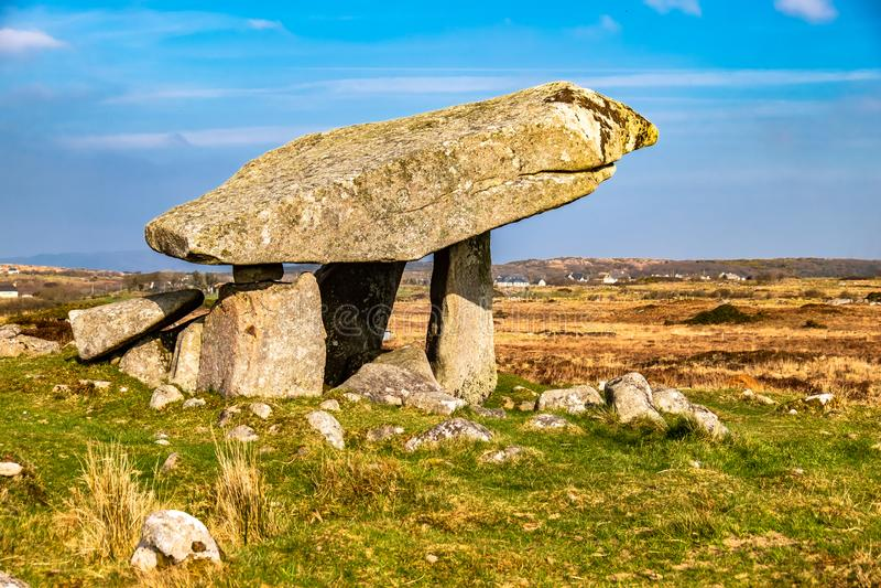 Dolmen Kilclooney είναι νεολιθικό μνημείο που χρονολογείται από 4000 έως 3000 Π.Χ. μεταξύ Ardara και Portnoo στη κομητεία Donegal στοκ φωτογραφία με δικαίωμα ελεύθερης χρήσης