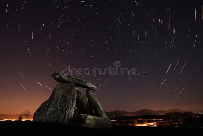 Dolmen sous les étoiles image libre de droits