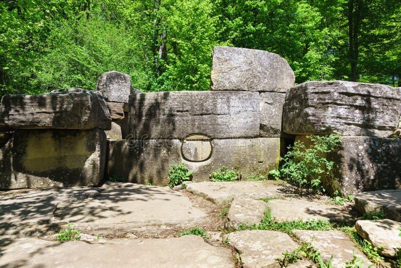 Dolmen viejo dilapidado en el valle del río Jean imagen de archivo