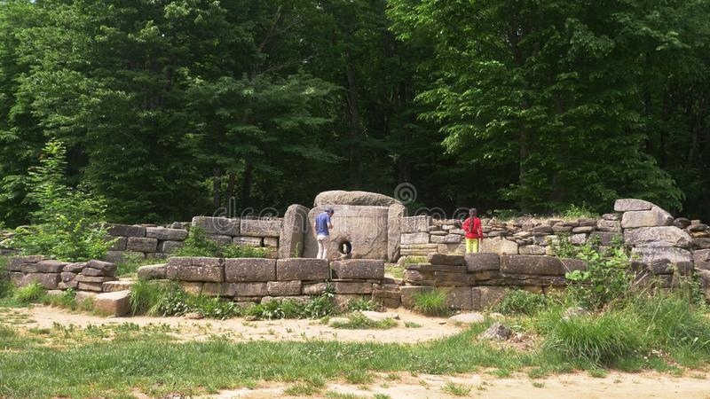 Dolmen w lasowych turystach bada antycznych dolmeny zdjęcia royalty free
