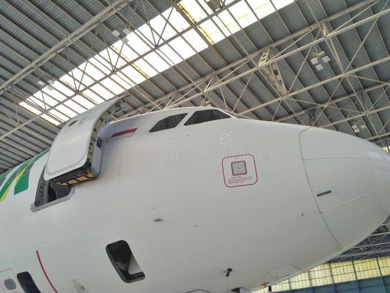 Dolna prawa strona Aerobus A-320 ` s nos w hangarze lub głowa fotografia royalty free