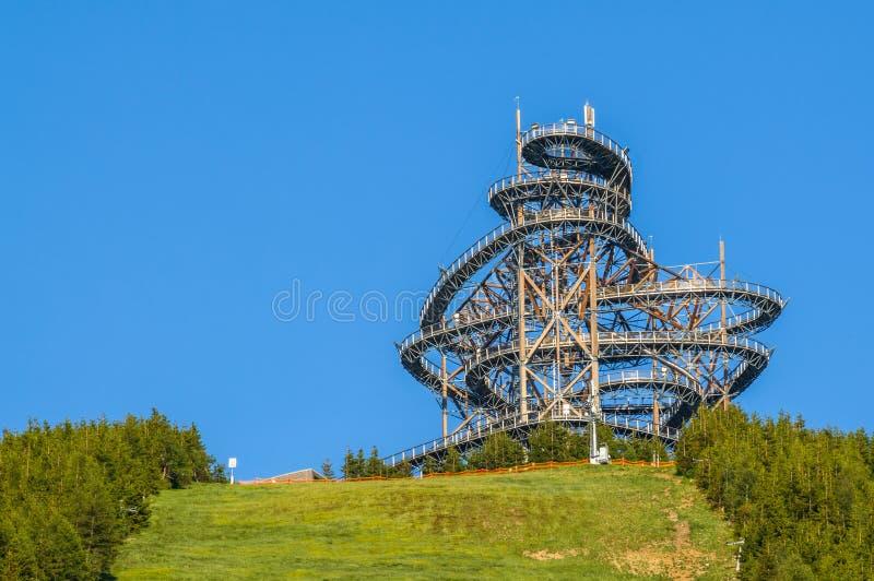 Dolni Morava, la torre del puesto de observación del paseo del cielo en las montañas foto de archivo