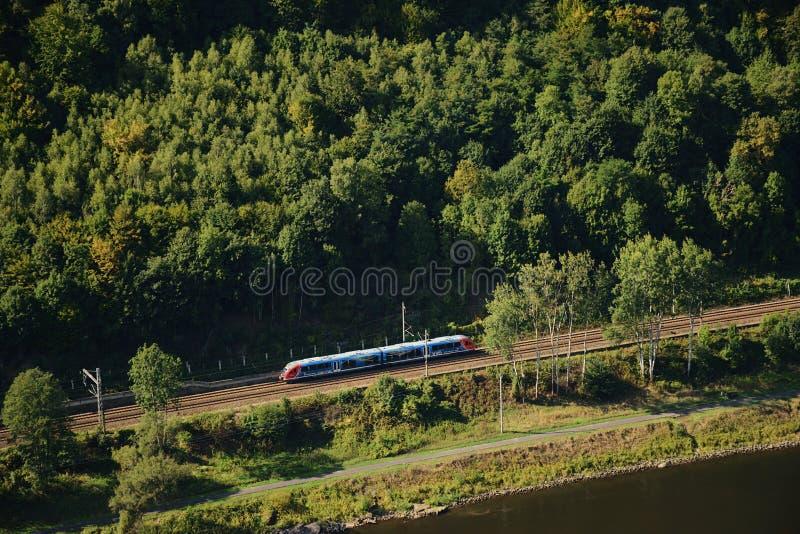 Dolni Zleb, República Checa - 8 de septiembre de 2018: tren de pasajeros móvil cerca del río Elba en el área turística de Labske  imagen de archivo libre de regalías