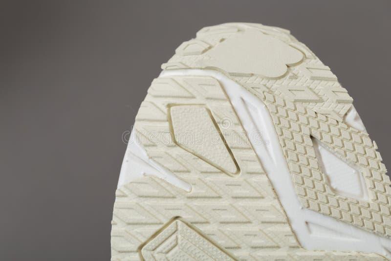 Dolny widok beżowa podeszwa sneakers fotografia royalty free