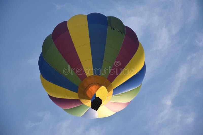 Dolny widok colourful gorące powietrze balon obraz stock