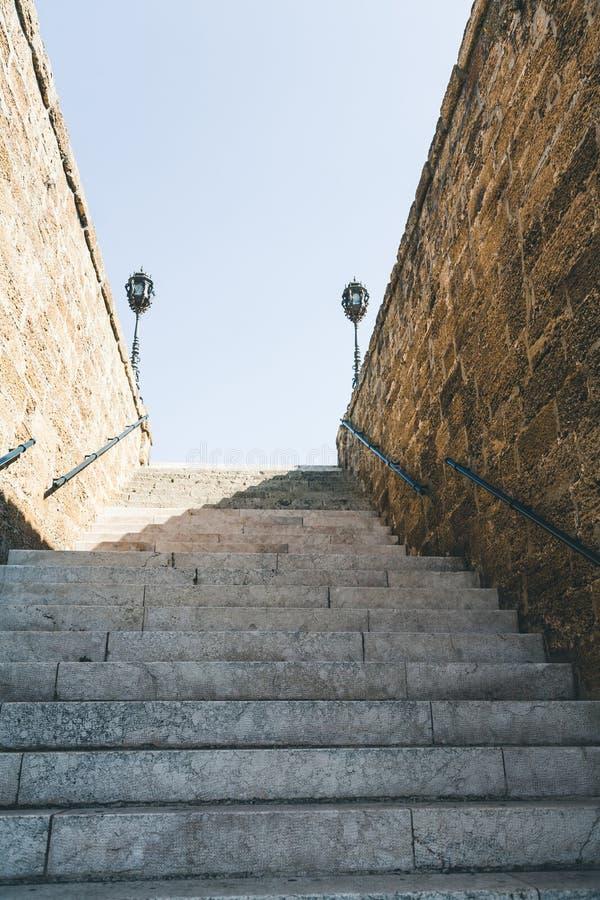 dolny widok schodki z ścianami zdjęcia royalty free