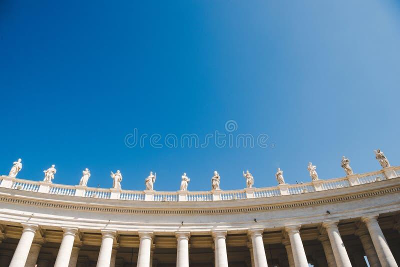 dolny widok statuy przy St Peters kwadratem na niebieskim niebie obrazy royalty free
