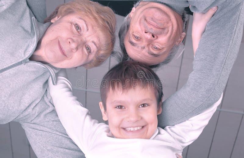 Dolny widok szczęśliwa rodzinna babcia, rodzice, syn patrzeje kamerę zdjęcia stock