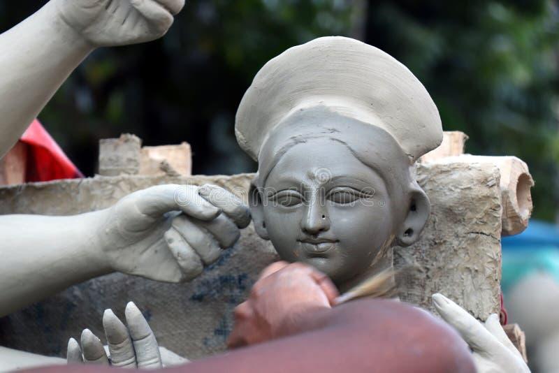 ?dolo de la arcilla de la diosa hind? Devi Durga ?dolo de la diosa hind? Durga durante preparaciones en Kolkata fotos de archivo libres de regalías