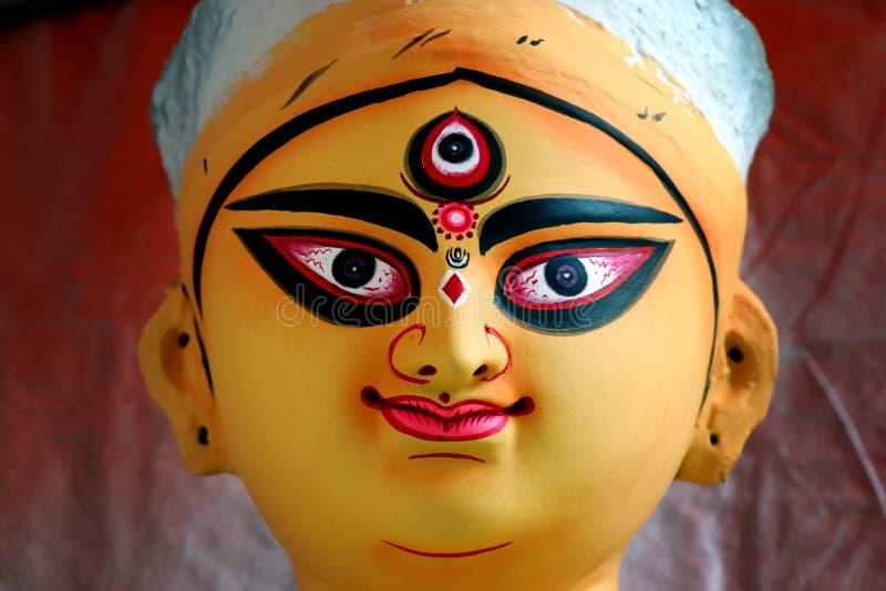 ?dolo de la arcilla de la diosa hind? Devi Durga ?dolo de la diosa hind? Durga durante preparaciones en Kolkata fotografía de archivo
