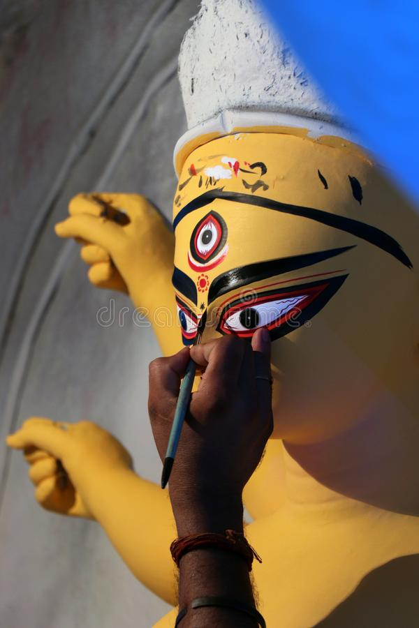 ?dolo de la arcilla de la diosa hind? Devi Durga ?dolo de la diosa hind? Durga durante preparaciones en Kolkata foto de archivo