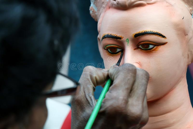 ?dolo de la arcilla de la diosa hind? Devi Durga ?dolo de la diosa hind? Durga durante preparaciones en Kolkata imagenes de archivo