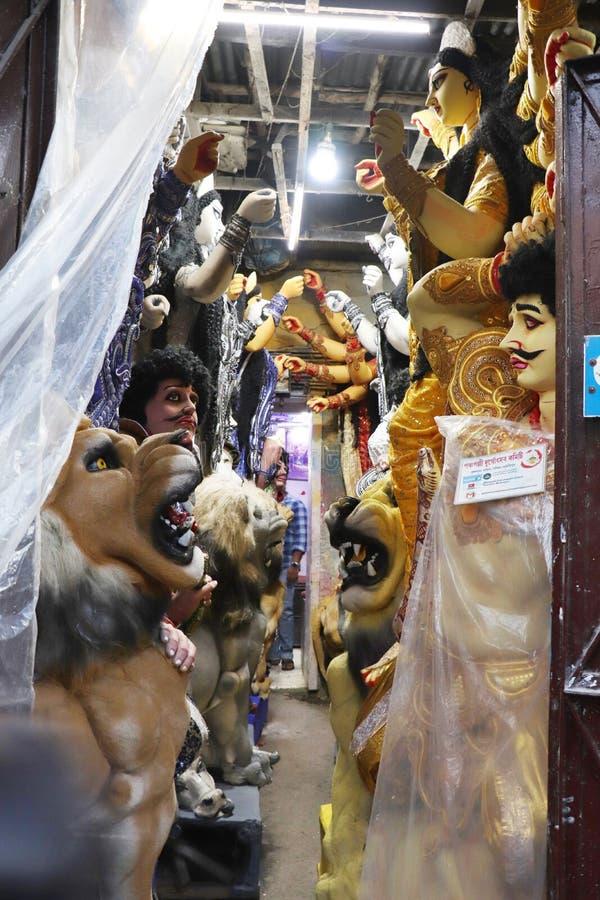 ?dolo de la arcilla de la diosa hind? Devi Durga ?dolo de la diosa hind? Durga durante preparaciones en Kolkata foto de archivo libre de regalías
