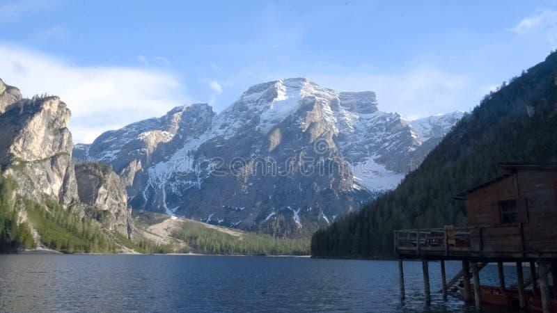 Dolomías alrededor del lago Braies en Italia, paisaje hermoso de la montaña, naturaleza imagen de archivo libre de regalías